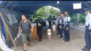 Viral Video Ayah Serahkan 2 Anaknya, Tak Mampu Beli Susu saat Wabah Corona
