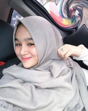 Selain Seksi Hana Hanifah Juga Berfoto-foto menggunakan Hijab