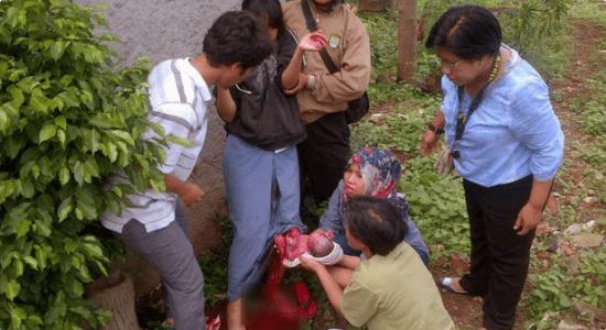 Sibuk Gosipin Anak Tetangga Pacaran, Eh Anaknya Justru Melahirkan di Luar Nikah