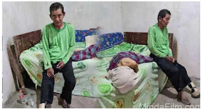 Hidup Tanpa Anak, Kakek Ini Tetap Setia Dampingi Istrinya yang Sakit Parah copy